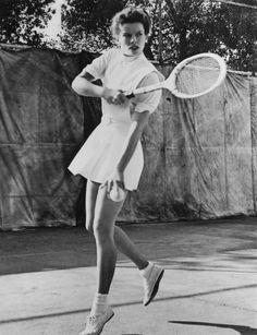 American actress Katharine Hepburn playing tennis, circa Get premium, high resolution news photos at Getty Images Katharine Hepburn, Audrey Hepburn, Old Hollywood Stars, Classic Hollywood, Brigitte Bardot, Mode Tennis, Tennis Gear, Tennis Tips, Divas