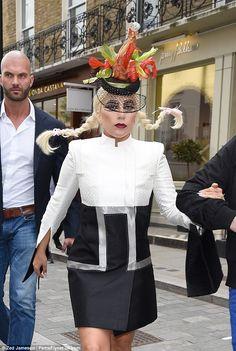 Sintiendo el impacto?  Lady Gaga lucía un sombrero de la langosta de inspiración cuando el...