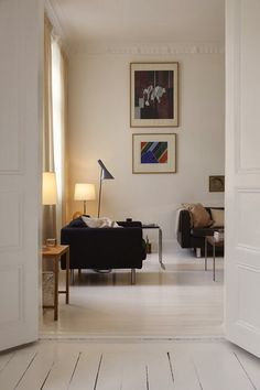 Home Interior Vintage What's Decoration? Decoration could be the art of decorating the inner and exterior of the building type … Living Room Interior, Living Room Decor, Living Spaces, Interior Livingroom, Western Style, Home Decor Items, Cheap Home Decor, Piece A Vivre, Home And Living