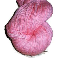 """Håndfarvet bomuld / merino Garn, 4 -trådet """"Pink Yarrow"""".Håndfarvet blandingsgarn af bomuld og merino i en frisk klar påskegul. Da garnet er håndfarvet er hvert enkelt fed  lidt anderledes end de andre, og det har et fint levende udtryk.  Materiale: 50% Bomuld 50% Merino.  Garnet er det perfekte valg til babytøj, sjaler og mange andre projekter i samme garntykkelse og blandingen af bomuld/merino betyder at det er et rigtigt lækkert sommergarn der har bomuldens behagelige kølighed samtidig…"""