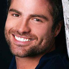 Roberto Manrique (Guayaquil, 23 de abril de 1979), es un actor ecuatoriano, muy conocido en el mundo de las telenovelas.