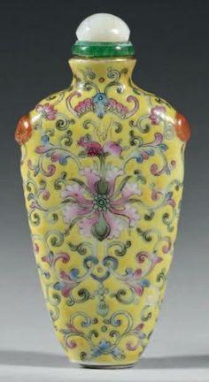 Flacon tabatière de forme aplatie à hautes épaules en porcelaine émaillée polychrome décorée de fleurs de lotus parmi les rinceaux et deux m...