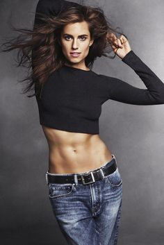 Allison Williams // long hair, ribbed cropped sweater, black belt and slouchy jeans #style #fashion #celebrity #abs
