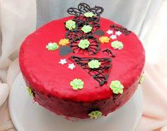 Esta torta con yogurt tiene un agregado muy especial, que es su baño rojo, con el que quedamos muy conformes. No solo por su aspecto sino por su sabor!