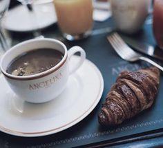 Bonne journée ☀️ #breakfast #morning #Paris #Parisian #croissant #chocolate #angelinaparis