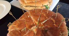 Turks brood gevuld met een sausje en gekruide kip uit de oven - Lekker eten met Marlon