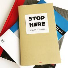 Stop Here de William Kentridge és una edició d'artista limitada, numerada i signada del seu llibre de notes. Fascinant i indispensable.  ENG ⏩ William Kentridge's Stop Here is a limited, numbered and signed artist edition of his note book. Fascinating and indispensable.