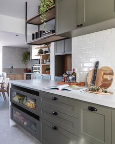Revestimento de cozinha: dicas e espaços para te inspirar – Tua Casa Kitchen Island, Kitchen Cabinets, Decoration, Home Kitchens, Kitchen Decor, Kitchen Ideas, Sweet Home, Shabby Chic, New Homes