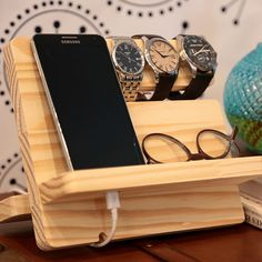 Often, when someone gets started with woodworking it is just simply a hobby. They began with really small projects and maybe the first few aren't so good. Wooden Gifts, Wooden Diy, Easy Craft Projects, Wood Projects, Wood Crafts, Diy And Crafts, Desk Storage, Phone Holder, Woodworking Projects