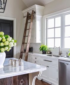 Friday cheering 💃🏻 Black doors ✔️ white kitchen ✔️ but how to work in my vintage ladder....still working on that one! It's follow Friday and my Insta friend, also from Texas, Erin @thriftyniftynest #onetofollow has such an inspiring feed! I love her classy home and her design skills are on point, but this picture I keep coming back to that she shared for inspiration from @robin_stubbert_photographer Care to share your follow Friday @urban.farm.girl @ourvintagenest @fridleyhomes_design…