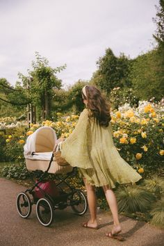 The Queen's Rose Garden - The Londoner - Garden Care, Garden Design and Gardening Supplies Cute Family, Family Goals, Future Mom, Moda Boho, Jolie Photo, Mommy And Me, Baby Fever, Dream Life, Cute Babies