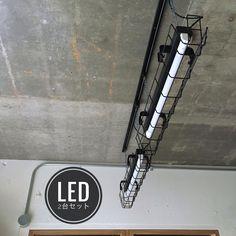 ■2台セットの販売です ■パナソニック製の照明器具とガードを組み合わせ、ホワイトからつや消しブラックに塗り替えました。 ◎塗装の上から塗ったので硬いものや強く当たると塗装に傷が付きやすいです。 ■チェーン吊りで簡単にダクトレールに付けることができます ■LED蛍光灯は、【昼白色 5500k】【電球色 3000k】からお選び頂けます。 ■安定器は取り外してLED専用に直結加工をしてあります (普通の蛍光灯は使用することができません) ■ダクトレール用のフック、二個付属します ■画像のような吊り方をすると天井から本体上部との間が35cmぐらいです。 ■チェーンが長く余った分は、フックに2重掛けして調整します ■コードの長さは45cmあります。 ■ソケット【黒】、コード 【黒】、チェーン 【ユニクロ】、フック 【黒】となります ■大きさ /1台 長さ約77.5cm× 幅約13cm × 高さ約15.5cm ■重さ/1台 約 1.3kg ◯LED仕様 /1本 LED直管蛍光灯 20W形(広角タイプ) 照射角:300° 定格電圧(周波数)::AC85-260V ( Industrial Wallpaper, Garage House, Love Home, Utility Pole, Design Elements, Diy And Crafts, Ceiling, Display, Lighting
