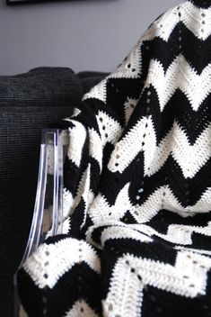 Malin Lundström: Virkad filt, sick-sack mönster! Black And White Quilts, Black And White Baby, Afghan Patterns, Crochet Patterns, Crochet Ideas, Crochet Home, Knit Crochet, Sick Baby, Knitted Baby Blankets