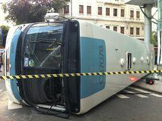 Acidente entre dois ônibus deixa feridos no Centro do Rio  Um dos veículos tombou na esquina da Rua da Carioca e Avenida Passos.  Segundo o Corpo de Bombeiros, 29 pessoas ficaram feridas.
