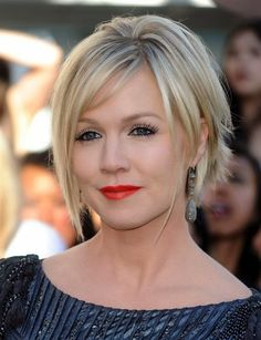 feminine bob with long strands near the face. Short graduated hair above the neck is very elastic and can easily change its look with the use of a hairdryer. Tips can go inward, outward, straight … It all depends on your imagination, so go ahead!