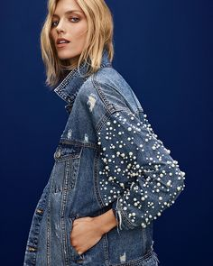 Such a stunning Sunset & Spring Embellished Denim Jacket. ✨ Pearls make most apparel elegant and denim is no exception. Denim Ideas, Denim Trends, Denim Fashion, Look Fashion, Fashion Basics, Casual Outfits For Teens, Teen Outfits, Winter Outfits, Denim Art