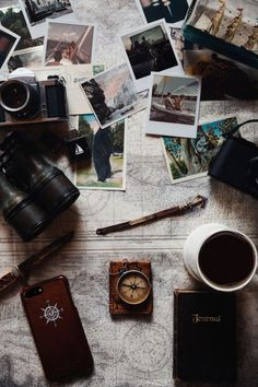 Azimuth circle great flatlay using photos, a map and vintage items Flat Lay Photography, Creative Photography, Travel Photography, Photo Polaroid, Photo Deco, Foto Blog, Reportage Photo, Travel Wallpaper, Travel Aesthetic