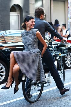 Spring New York Fashion Week Street-Style Photos by Tommy Ton. Giovanna Battaglia in a black and white print dress with circle skirt, black pointy toe T-strap heels. Fashion Week Paris, New York Fashion Week Street Style, Street Fashion, Fashion Weeks, Fashion Spring, London Fashion, Tommy Ton, Cycle Chic, Giovanna Battaglia
