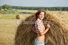 Bella ragazza godendo della natura sul fieno fresco — Immagini Stock #3583729