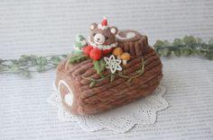 にじいろたまごの羊毛フェルト作品をご覧いただきありがとうございます。今年のクリスマス、食べられないケーキもいかがですか?(笑)食べられませんが、ずっと飾ることができますよ♪クリスマスを楽しんでくださいね。この作品は1点ものです。【およそのサイズ・セット内容】幅:約8.5cm高さ:一番高いところで約15cm長さ:約17cm※ハンドメイドですので多少の個体差があります。【使用素材】主に羊毛、ほかプラスチックアイ・フェルトな�%