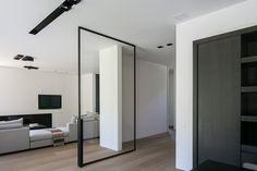 Moderne huiskamer met een warme parketvloer. Kijk voor meer inspiratie op www.tida.nl #tda #parket #tidaparket #vloer #pvc #woonkamer #stalen #vloerverwarming #inspiratie