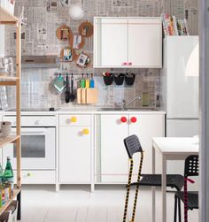 Use inexpensive and unconventional material to let your creativity shine in the kitchen. Ikea 2015, Ikea Design, Ikea Inspiration, Ikea Catalogue 2015, Newspaper Wall, Kitchen Prices, Hanging Rail, Inexpensive Furniture, Decoration