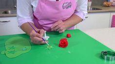 Leer hoe je zelf van marsepein een prachtige roos kunt maken.  Roosjes van marsepein zijn de perfecte decoratie op vele verschillende taarten, decoreer met marsepeinen roosjes bijvoorbeeld een prachtige bruidstaart. Met de stap voor stap uitleg gaat het je zeker lukken zelf een roos van marsepein te maken.