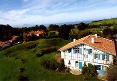 La chambre d'hôte Irigoian à Bidart est une ferme rénovée qui possède un espace bien-être avec un couloir de nage et un spa, le tout à deux pas de l'océan !