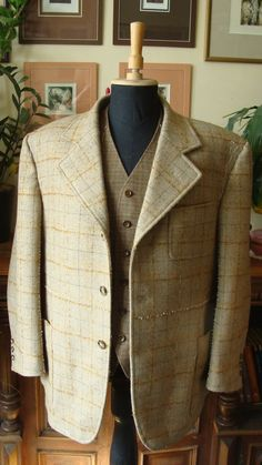 Uncomleted retro suit. Wool/mohair checked tweed longue coat and merino wool waistcoat. Retro oblek před dokončením. Sako z károvaného tvídu ve složení vlna mohér a vesta z merino vlny.
