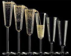 Cascata de espumante... Você serve uma taça e as demais enchem sozinhas. Demais não é? #criatividade #champagne