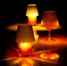 「floating light」は、その名の通り浮いている光だ。水を張ったグラスにポチャンと落としてつかうのだが、外側がコルクのため、沈まず水面に浮いてくれる。プカプカとした揺らめきが、キャンドルのそれのようで癒される。1