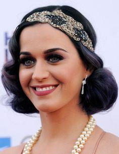 Katy Perry. La cantante estadounidense sorprendió con este look años 20 en la última edición de los premios Spirit of Life. Recogido bajo y raya al medio con una diadema de adorno brillante a un lado.