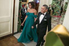 Michelle Obama mostra elegância usando um vestido verde ao lado do marido Barack Obama