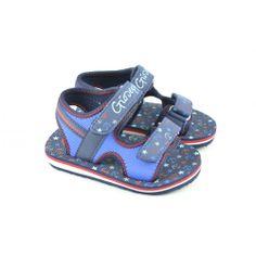 Sandalias bios fabricadas con materiales sintéticos con doble tira de velcro regulable para facilitar el calce y ajuste del pie, con detalles en el cuerpo de la marca GIOSEPPO.