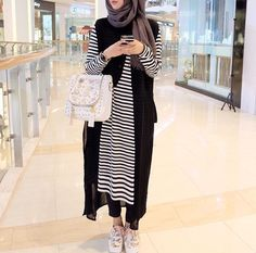 The weather is getting hotter a day after the other, and these hijab casual dresses will make you feel fresh and elegant in this kind of weather! Hijab Chic, Casual Hijab Outfit, Islamic Fashion, Muslim Fashion, Modest Fashion, Street Hijab Fashion, Abaya Fashion, Hijab Mode Inspiration, Habits Musulmans