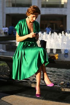 Green dress + purple shoes + yellow bag + natural light