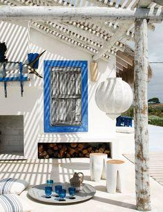 Farolillo marroquí, taburetes blancos y bandeja plateada, en Almogador; copas, en Area, y botella en Sara Velharias.