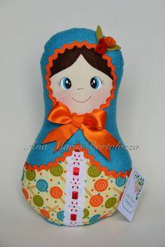 Boneca Matrioska confeccionada nos tecidos algodão e feltro. Pinturas feitas à mão. Produto costurado e colado.  Altura da boneca: 30cm  Veja também: a matrioska pequena, a média e o trio de matrioskas. R$ 48,00