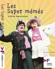 """Les super mémés - Magnus Isacsson 2010 - DVD04978 -- """"Armées de sourires charmants, d'une poésie mordante, de chapeaux à fleurs & d'un trésor d'inventivité, les Raging Grannies & les Mémés déchaînées représentent un défi pour les autorités & un déni pour les stéréotypes. Leur engagement dans la lutte pour la paix, la justice sociale & la protection de l'environnement, fait de ces femmes une véritable source d'inspiration pour les jeunes & les plus âgés."""""""
