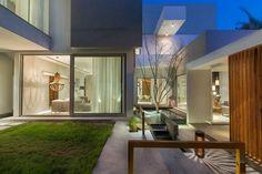 Diseño de terraza y jardín en exteriores de casa moderna