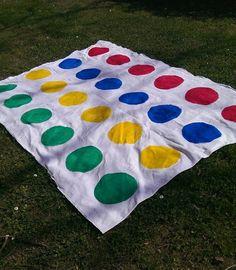 Twister ist ein klassisches Gesellschaftsspiel und auch heute noch sehr begehrt. Auf spielehippo erfahrt Ihr alles, um Twister selbst zu basteln.