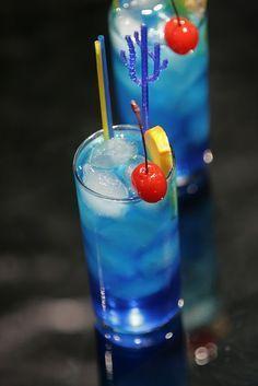 Blue Lagoon: 45 ml vodka 20 ml blue curacao liqueur 2 tsp. fresh lemon juice lemon-lime soda Garnish w/orange slice & maraschino cherry. This version of the Blue Lagoon Cocktail has a sweet citrus taste. Blue Drinks, Fruit Drinks, Party Drinks, Cocktail Drinks, Yummy Drinks, Alcoholic Drinks, Fruit Juice, Vodka Cocktails, Drinks Alcohol