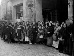 Hala Koszyki. 1917 roku kolejka kobiet czekających przed halą na wydanie przydziału z kartek. https://web.facebook.com/1045516712207590/photos/a.1083820885043839.1073741848.1045516712207590/1206206659471927/?type=3&theater
