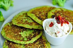 brokolicove placky s cottage dipom New Recipes, Cooking Recipes, Prepped Lunches, Cottage Cheese, Avocado Toast, Guacamole, Granola, Food And Drink, Snacks