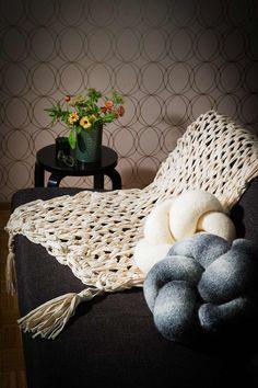 Neulo tyynyä varten sileäneuleinen putkilo ja huovuta se. Täytä se lopuksi vanulla ja kiepsauta solmun muotoon. Blanket, Bed, Stream Bed, Blankets, Beds, Cover, Comforters, Bedding