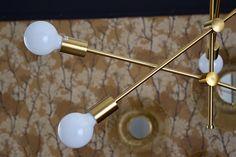 Craquez pour cette suspension à la structure éclatante en métal doré équipée de 6 ampoules E27 ! Vous pourrez régler les tiges de ce luminaire comme bon vous semble pour qu'il s'harmonise parfaitement avec votre intérieur. Salon Art Deco, Comme, Contemporary Design, Art Deco, Home Improvement, Decorating Tips, Stems, Linens