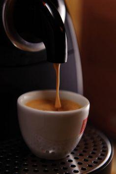 Coffee Klatch, Healthy Starbucks Drinks, Aeropress Coffee, Fresh Roasted Coffee, Espresso Drinks, Bulletproof Coffee, Coffee Photography, Blended Coffee, Chocolate Coffee