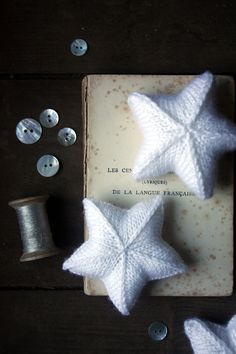 Knitted Lucky Stars || Free pattern - could try making with felted sweaters & use for christmas tree ornaments