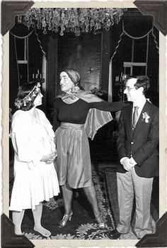 The Cape! A very rare picture of Little Edie, all dressed up and away from Grey Gardens. Here she is at the wedding of a friend, and reportedly she sang at the wedding! Edie Bouvier Beale, Edie Beale, Edith Bouvier, Grey Gardens House, Gray Gardens, Jacqueline Kennedy Onassis, Rare Pictures, Eccentric, Cool Costumes