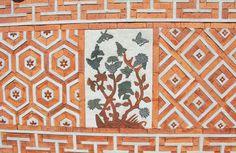 우리나라에서는 예부터 집의 벽체나 담장에 여러가지 무늬를 놓아 독특한 치레를 하였고 그렇게 치레한 벽체나 담장을 꽃담이라고 합니다.  한국인의 그윽한 정취가 그대로 배어있는 꽃담을 동부요업에서 만나보십시오.  3대가 지켜온 70년 전통 한국식 기와의 정신 동부요업  Korean traditional rooftiles specialist  dongbooyoup